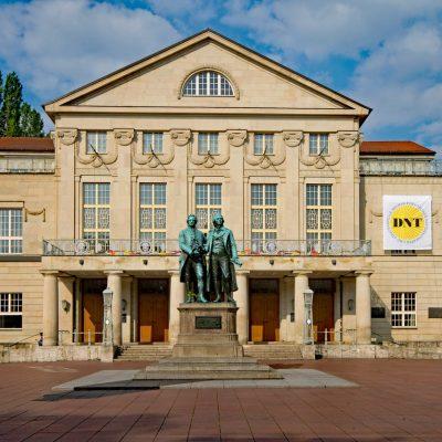 Goethe-Schiller-Denkmal vor Deutschem Nationaltheater (Foto: pixabay/lizenzfrei)
