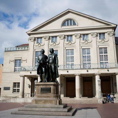 Goethe und Schiller vor Deutschem Nationaltheater (Foto: Guido Werner © weimar GmbH)